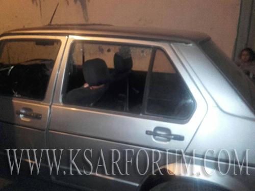 شخص يكسر زجاج سيارة مركونة بالشارع العام و يهاجم رجال الشرطة