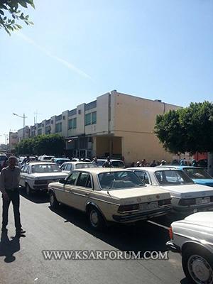 سائقو سيارات الأجرة يقطعون الطريق احتجاجا على الباعة المتجولين