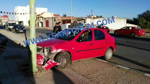 حادثة سير بين سيارة و طاكسي بطريق العرائش تخلف خسائر مادية