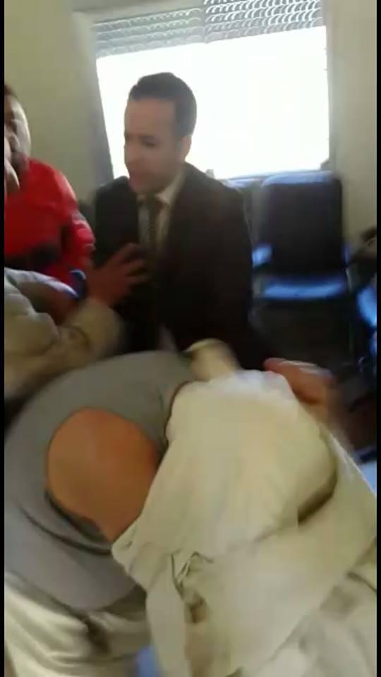 معركة بالكراسي بجماعة القلة، والسلطة تتحول الى طرف بجانب الأغلبية – فيديو المعركة –