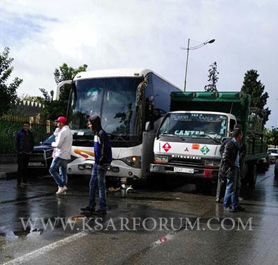 حادثة سير بين شاحنة و حافلة بالقرب من مولاي علي بوغالب