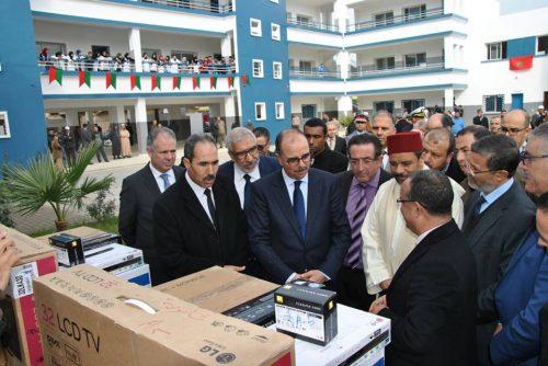 القصر الكبير : عامل الإقليم يشرف على تدشين ثانويتين و توزيع عدد من التجهيزات على المؤسسات التربوية و التلاميذ