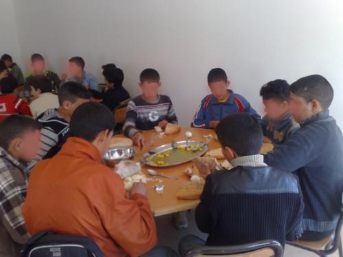 جماعة بني عروس : تلاميذ إعدادية عزيز بلال يقاطعون وجبات المطعم