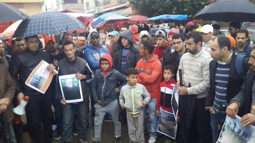 """المحتجون أمام نفق السكة الحديدية"""" المرينة"""" يدعون لوقفة احتجاجية ثانية يوم الجمعة القادم"""