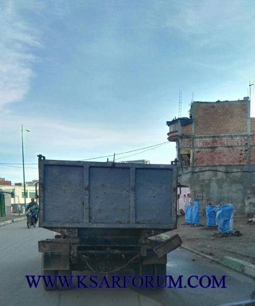 عربات بلدية القصر الكبير تجوب شوارع المدينة دون لوحات ترقيم