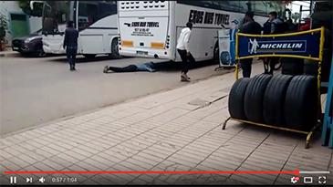 محاولة الحريك تحت الحافلات