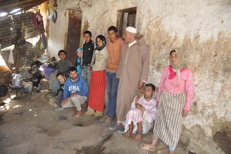 مأساة اجتماعية .. إمام مسجد يرعى 7 أبناء معاقين بالعرائش