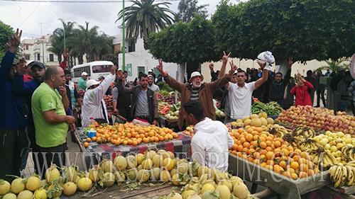 """طريقة جديدة للاحتجاج … """" خضارة """" يحولون محيط بلدية القصر الكبير ل""""سويقة """""""