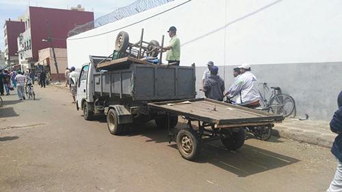السلطات تبدأ حملة تحرير الملك العام بسوق اللارقية و الباعة يحتجون بالبلدية