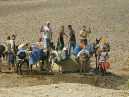 """ساكنة دوار أولاد علي المدنة يحسون """" بالحكرة """" لأنهم الدوار الوحيد المحروم من الماء بجماعة سوق الطلبة"""