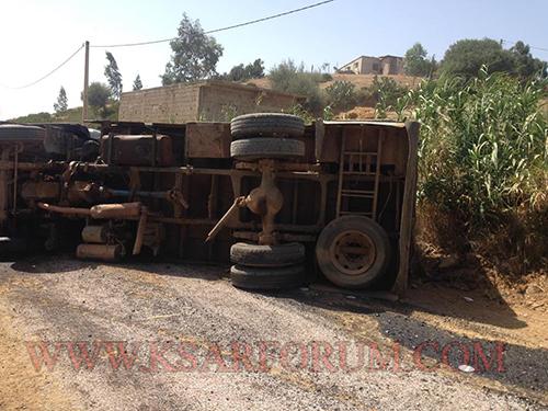 """حادثة سير بين شاحنة و """" كاط كاط """" تؤدي إلى قطع الطريق بين وزان و القصر الكبير"""