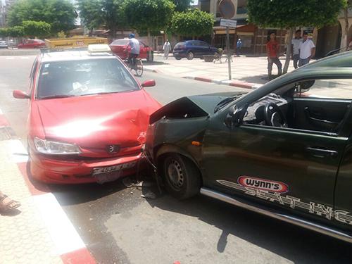 القصر الكبير : سائق يفقد السيطرة على سيارته و يصدم طاكسي