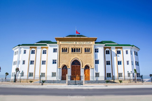 محكمة القصر الكبير تسائل مغربيا أقدم على الزواج بـ8 نساء
