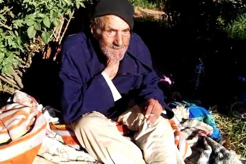 مسن يتخذ من الشارع مسكنا له في حاجة للمساعدة