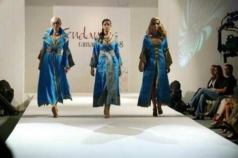 """القصرية الباتول كائن الله تحمل """"بريق الزمرد"""" للقفطان المغربي إلى """"الحرير التايلاندي"""""""