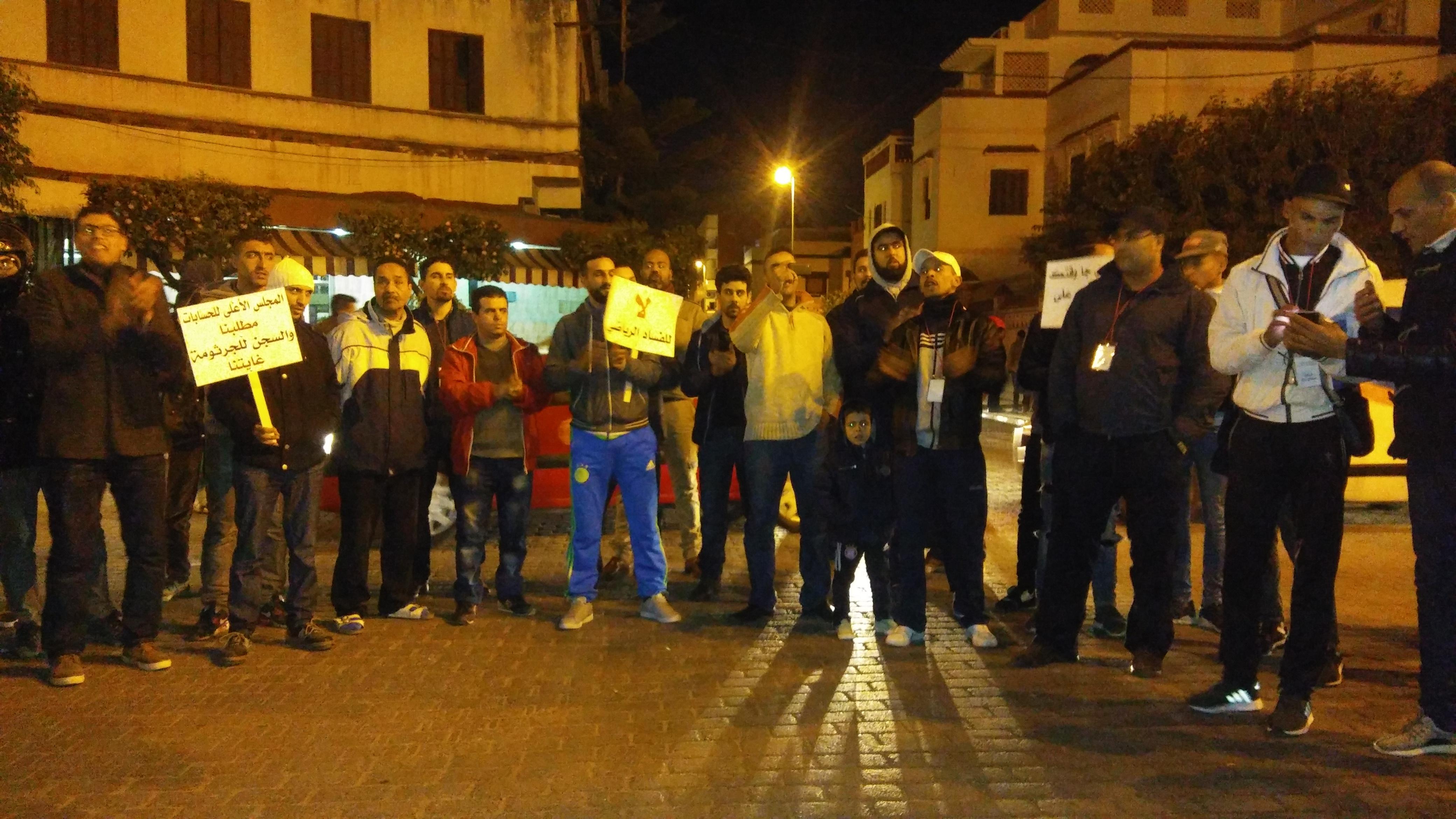 العشرات من المحتجين يطالبون برحيل ومحاسبة المكتب المسير للنادي القصري لكرة القدم