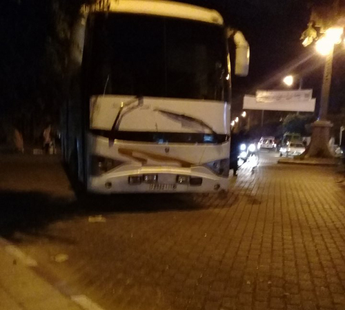 بسبب حملها ركابا أكثر من العدد المسموح به قانونيا .. شرطة القصر الكبير تحتجز حافلة