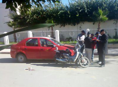 اصطدام دراجة نارية بطاكسي صغير