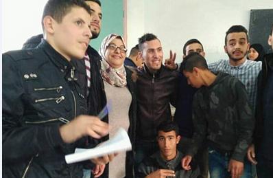 تلاميذ التعليم الأصيل بثانوية وادي المخازن يحتفلون بعيد ميلاد أستاذتهم