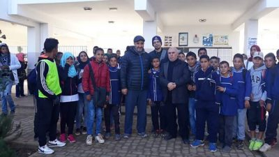 خبير التعليم الافتراضي والأستاذ بجامعة جنيف عمر بنقاسم في زيارة لمكتبة ثانوية أولاد