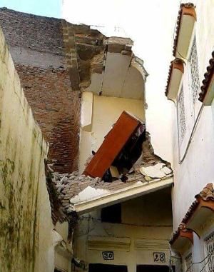 عاجل : انهيار منزل بحي النيارين
