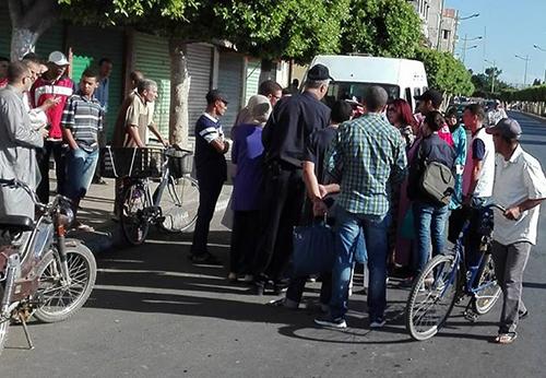 احتجاج ضد زيادات غير قانونية في ثمن الطاكسيات و مسؤول يوضح المسطرة القانونية لردع المخالفين