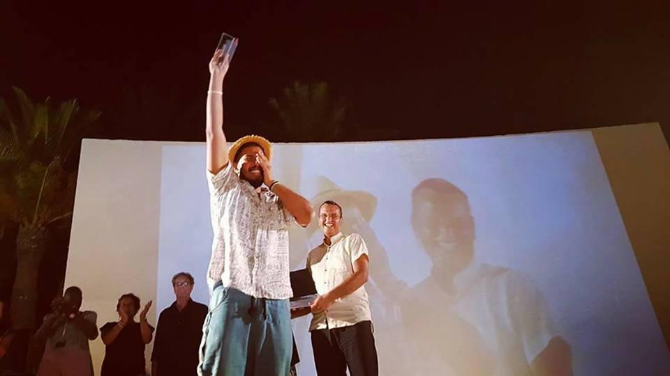 أسامة عزي ابن القصر الكبير وانتزاع الجائزة الكبرى للسينما: الصقر الذهبي بتونس