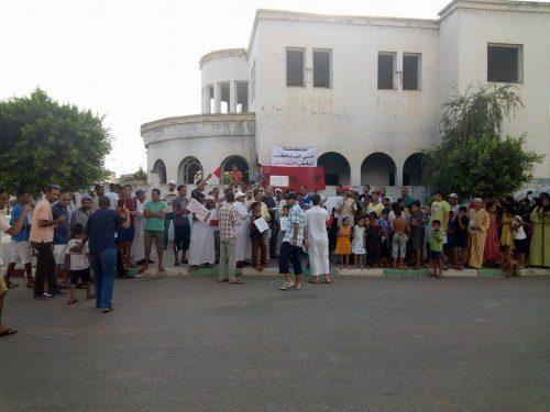 ساكنة حي المناكيب بالقصر الكبير ترفض التهميش من خلال تنفيذ وقفة احتجاجية .
