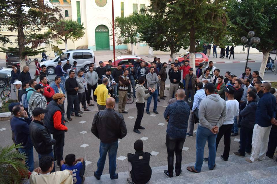 جمعية الأنصار تنظم وقفة احتجاجية …وآخرون ينددون بوضعية النادي على طريقتهم الخاصة