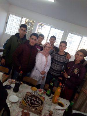 كيف احتفى تلاميذ بأستاذتهم بثانوية وادي المخازن !!!!!