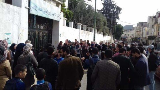 وقفة احتجاجية ببوابة ثانوية وادي المخازن احتجاجا على تصرفات مديرها