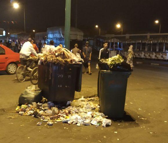 أزبال تقلق راحة المواطنين وتسيء للمظهر العام بشارع حيوي!!!