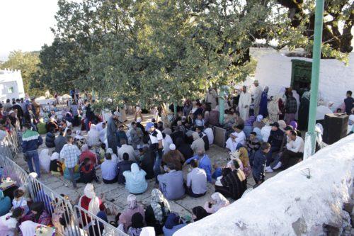 """آلاف الزوار يحضرون مراسيم """"طلعة مولاي عبد السلام"""" بجبل العلم بإقليم العرائش"""