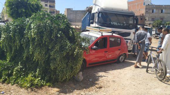 حادث بين شاحنة وسيارة اجرة بسبب سوء تقدير التجاوز