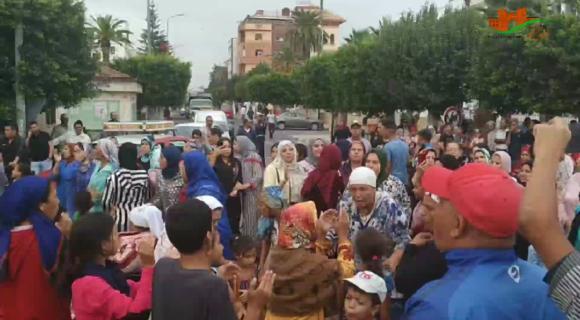مسيرة احتجاجية تندد بالقطاع الصحي تجوب شوارع القصر الكبير / فيديو