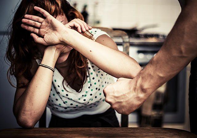 احتجاز واغتصاب وحمل .. ظل يخدر فتاة  قاصر ووشم اسمه على يدها