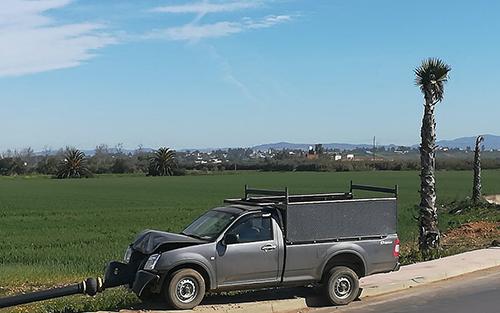 سيارة بيكوب تصدم عمودا كهربائيا بطريق العرائش