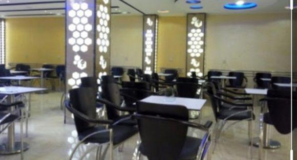 المقاهي و المطاعم تستأنف عملها غدا الجمعة بخدمات الطلبات المحمولة والتوصيل للزبناء