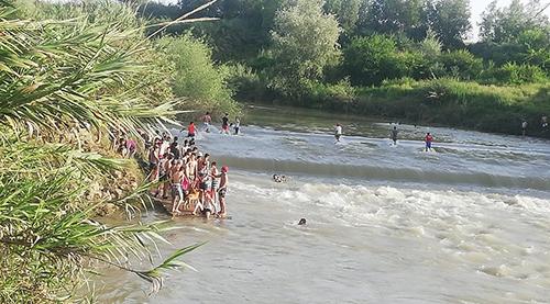 """مواطنون في القصر الكبير يخرقون حالة الطوارئ للسباحة في واد """"اللوكوس""""- صور"""