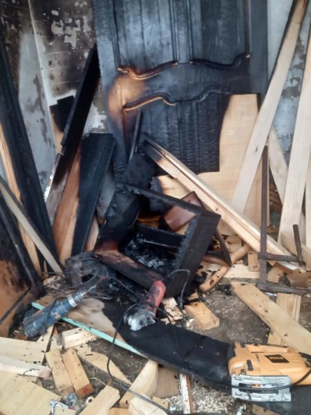 تماس كهربائي يتسبب في نشوب حريق بمحل للنجارة بحي الديوان