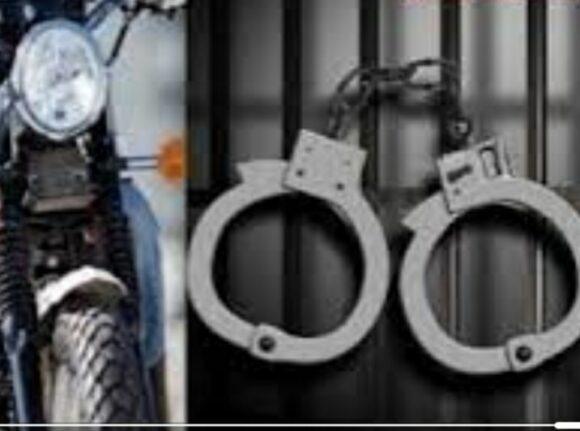 شرطة القصر الكبير توقف عنصرين من مروجي الخمور على دراجة نارية