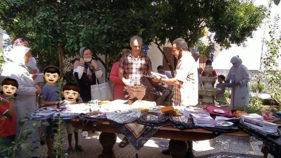 جمعية اليد المساعدة توزع المستلزمات الدراسية على ساكنة باب الواد بالقصر الكبير
