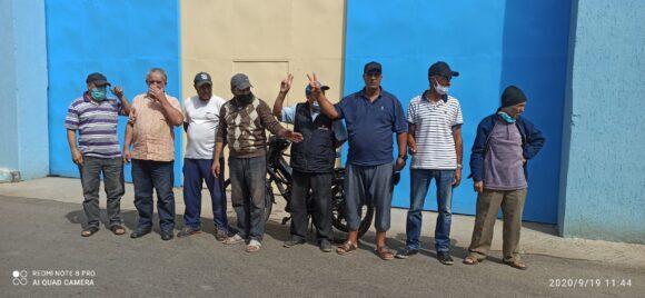 عمال مطاحن القصر في وقفة احتجاجية بعد منعهم من الالتحاق بمقر عملهم